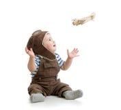 Chłopiec bawić się z drewnianym samolotem Zdjęcia Royalty Free