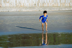 Chłopiec biegająca morze Obrazy Royalty Free