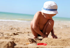 Chłopiec budynku sandcastle Fotografia Stock