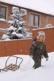 chłopiec cieszy się małą plenerową zima Obrazy Royalty Free