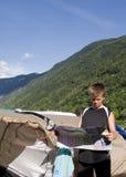 Chłopiec czytania mapa Obrazy Stock