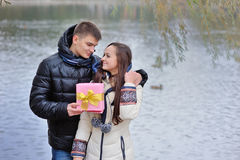 Chłopiec daje dziewczynie prezentowi Fotografia Stock