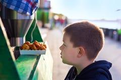 chłopiec donuts Obraz Stock