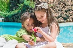 chłopiec dzieci kwiatu dziewczyna Obrazy Royalty Free