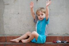 chłopiec gestykuluje w podwórku Fotografia Stock