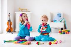 Chłopiec i dziewczyna bawić się flet Zdjęcia Royalty Free