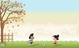 Chłopiec i dziewczyna bawić się futbol, piłkę nożną/ Fotografia Royalty Free