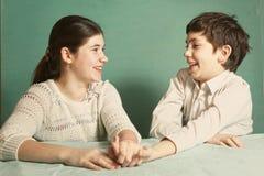 Chłopiec i dziewczyny srtugglig ręki zapaśnictwo Obraz Royalty Free