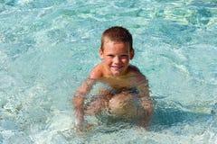 Chłopiec kąpanie w morzu (Grecja) Obrazy Royalty Free