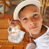 chłopiec kremowego łasowania lodu plenerowi smakowici potomstwa Fotografia Stock