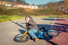 Chłopiec płacz i krzyczeć po spadać daleko Fotografia Stock