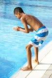 Chłopiec przy dopłynięcie basenem Obrazy Royalty Free