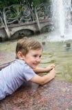 Chłopiec przy fontanną Zdjęcie Stock