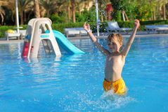 chłopiec szczęśliwy basen opływa Obrazy Royalty Free