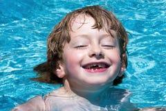 Chłopiec w basenie Zdjęcia Royalty Free