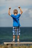 Chłopiec z zaciskać pięściami Fotografia Stock