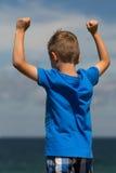 Chłopiec z zaciskać pięściami Zdjęcia Royalty Free