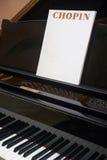 Chopin klassisk musikalisk ställning med pianot och bakgrund Arkivbilder