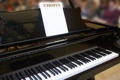 Chopin klassisk musikalisk ställning med pianot och bakgrund Arkivfoto