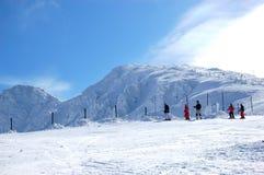 chopok高峰滑雪者倾斜视图 免版税图库摄影