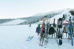 CHOPOK,斯洛伐克- 2017年1月12日:等待他们的所有者的滑雪和雪板在滑雪后的酒吧附近在Chopok下坡, 1月1日 免版税库存图片
