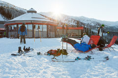 CHOPOK, ΣΛΟΒΑΚΊΑ - 12 ΙΑΝΟΥΑΡΊΟΥ 2017: Snowboarders και σκιέρ που παίρνουν ένα υπόλοιπο στις καρέκλες κοντά στο φραγμό σκι στο κα Στοκ Εικόνα
