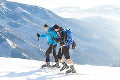 CHOPOK, ESLOVÁQUIA - 24 DE JANEIRO DE 2017: Dois esquiadores que vão acima à parte superior mesma da montanha de Chopok no recurs Imagem de Stock Royalty Free