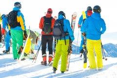 CHOPOK, SLOVACCHIA - 24 GENNAIO 2017: Sciatori e snowboarders che preparano per il giro in discesa dalla cima della montagna di C Immagini Stock