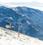 CHOPOK, SLOVAQUIE - 12 JANVIER 2017 : Funiculaires s'attaquant à travers la montagne de Chopok au lieu de villégiature de ski de  Photographie stock libre de droits
