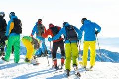 CHOPOK, SLOVAQUIE - 24 JANVIER 2017 : Skieurs et surfeurs se préparant au tour incliné à partir du dessus de la montagne de Chopo Photo libre de droits