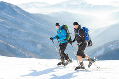 CHOPOK, SLOWAKIJE - JANUARI 24, 2017: Twee skiërs die tot de bovenkant van Chopok-berg bij Jasna-toevlucht, 24 Januari, 2016 in J Royalty-vrije Stock Foto