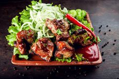 Chopped asó a la parrilla el cerdo delicioso asado del cordero de la carne del filete en un plat foto de archivo libre de regalías