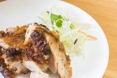Chopped as? a la parrilla la barbacoa de la pechuga de pollo en un platillo blanco de la placa con las verduras frondosas verdes  imagenes de archivo