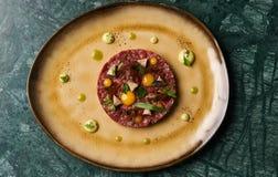 Chopped bakade köttkotletten och äggula på plattan royaltyfria bilder