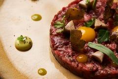 Chopped bakade köttkotletten och äggula på plattan arkivbilder