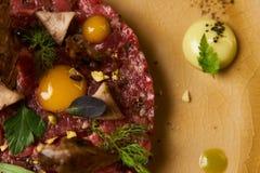 Chopped bakade köttkotletten och äggula på plattan arkivfoto
