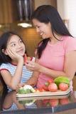 chopped daughter mother offering pepper piece στοκ φωτογραφία με δικαίωμα ελεύθερης χρήσης