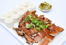 Chopped grelhou o porco do bebê no estilo chinês com as bolinhas de massa no whit fotos de stock royalty free