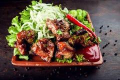 Chopped ha grigliato la carne di maiale deliziosa arrostita dell'agnello della carne della bistecca su un plat fotografia stock libera da diritti