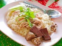 Chopped kokade fegt överst av vitlök ångade vita ris Kao Mon Kai royaltyfri foto