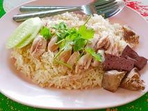 Chopped kokade fegt överst av vitlök ångade vita ris Kao Mon Kai fotografering för bildbyråer