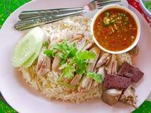 Chopped kokade fegt överst av vitlök ångade vita ris Kao Mon Kai royaltyfri fotografi