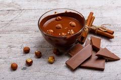 Chopped mjölkar choklad med hasselnötter på tabellen arkivfoton