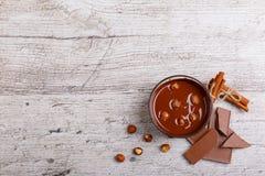 Chopped mjölkar choklad med hasselnötter på tabellen ovanför sikt arkivfoton