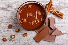 Chopped mjölkar choklad med hasselnötter på tabellen sikt från ovannämnd närbild royaltyfri fotografi