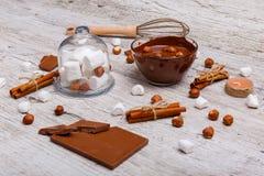 Chopped mjölkar choklad med muttrar bredvid marshmallowen på tabellen arkivfoton