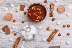Chopped mjölkar choklad med muttrar i en bunke därefter ovanför sikt arkivfoto