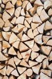 Chopped sörjer vedträ av triangulär form fotografering för bildbyråer