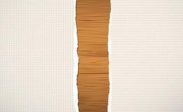 Choppin de madeira de Brown, placa de corte, prancha com rasgado papel alinhado e esquadrado do caderno Fotos de Stock Royalty Free