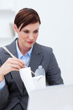 chopstick επιχειρηματιών που τρώε Στοκ φωτογραφίες με δικαίωμα ελεύθερης χρήσης